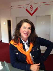 Rechtsanwältin Claudia Bayer-Romeiser in Ihrer Kanzlei in Bad Fallingbostel
